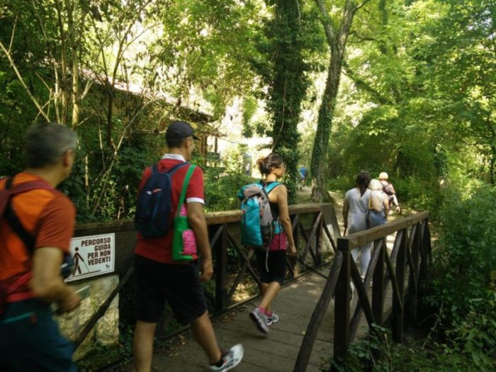 Visitatori si immergono nel verde delle Oasi