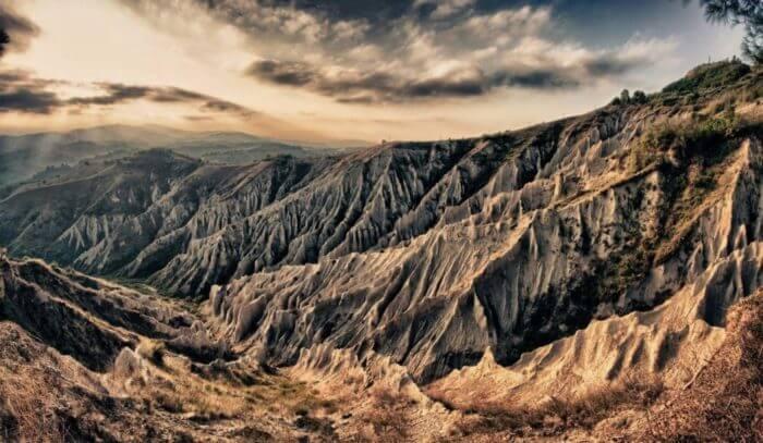 Un paesaggio suggestivo, montagne scolpite dal vento con un cielo nuvoloso che rende il tutto più suggestivo e forse un poco cupo