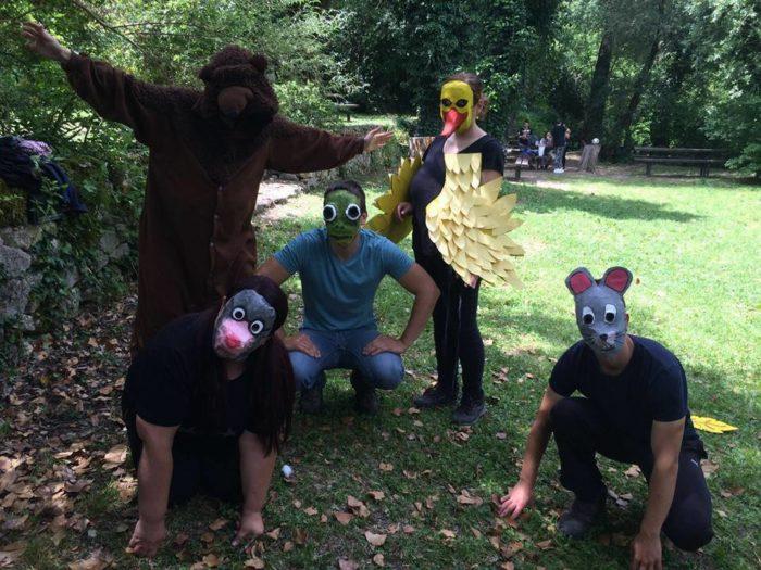 Cinque uomini mascherati da orso, topo, anatra,