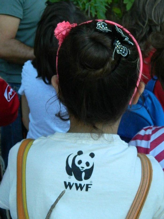 Una bambina di spalle con il panda simbolo del WWF
