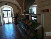Biblioteca con esposizione di libri
